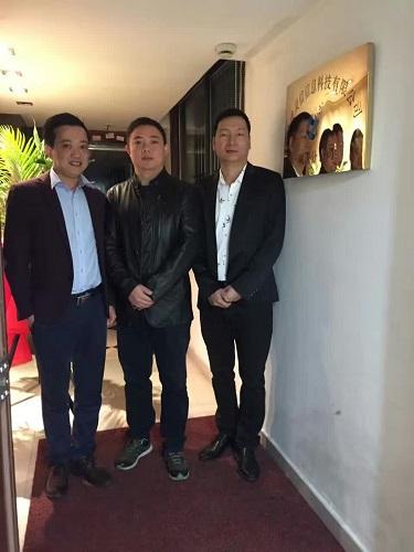 公司总经理周建华、湖南分公司总经理刘静波、分公司副总潘智辉为分公司成立揭牌