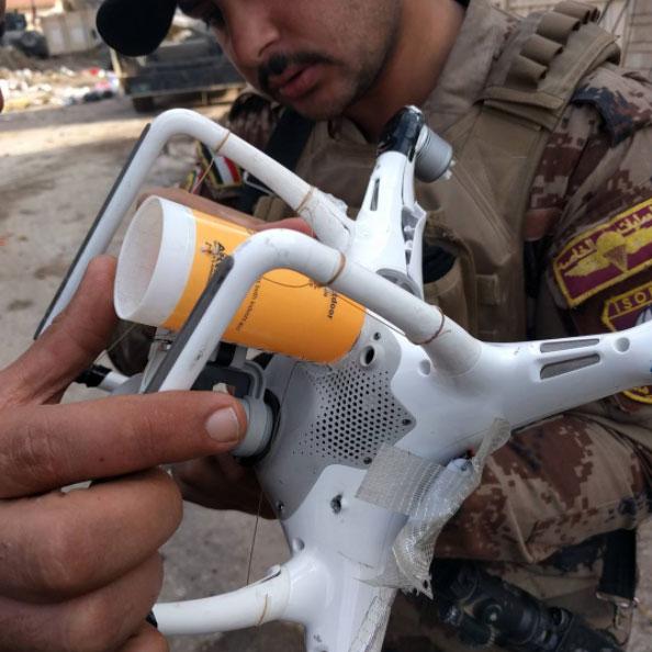 伊拉克士兵检视俘获的无人机