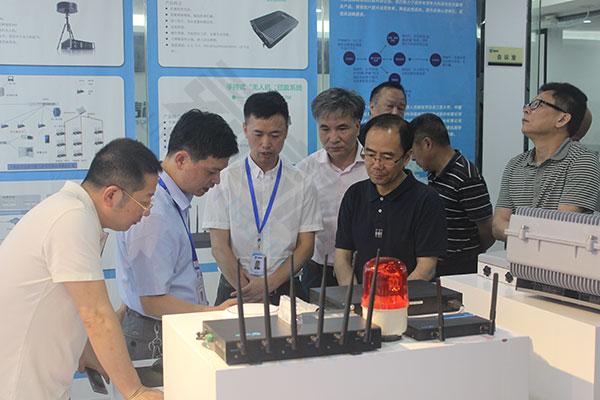 公司领导给重庆市政协副主席讲解产品