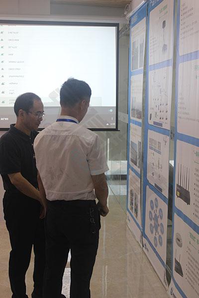 公司董事长钟总给重庆市政协副主席讲解产品方案