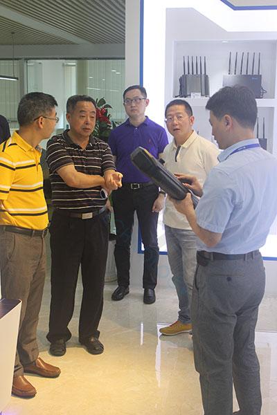 公司总经理李总给来访团成员讲解HUP0443M手持无人机干扰器